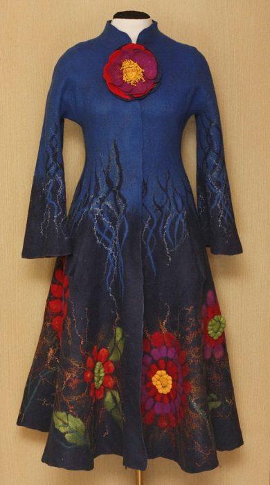 Abrido de color azul y flores rojas de Frida Kahlo
