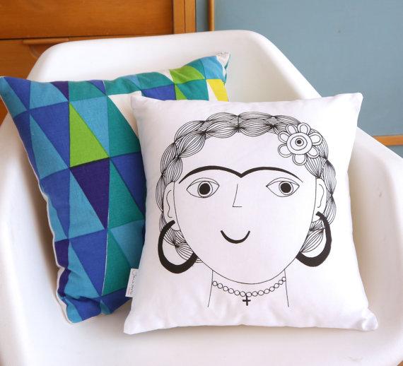 Cojin pintado con la cara de Frida Kahlo