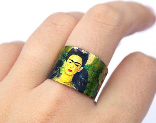 Anillo pintado a mano con el rostro de Frida Kahlo
