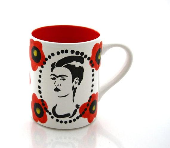 Taza de café pintada con el rostro de Frida Kalho