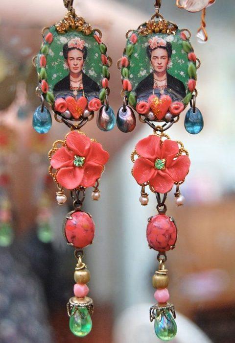 Aretes con el rostro de Frida Kahlo
