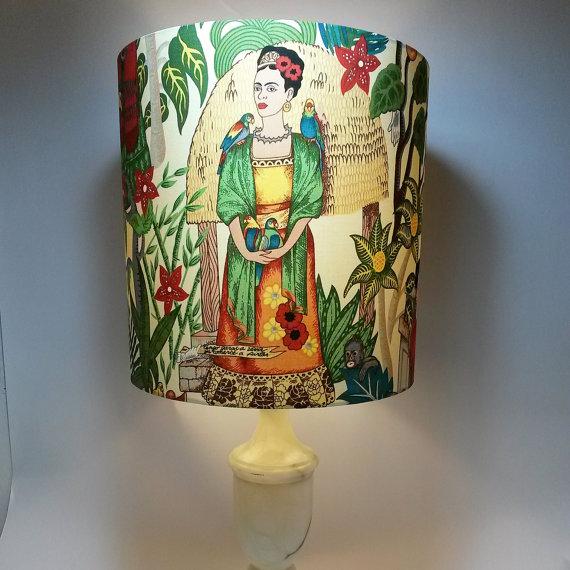 lampara con la pintora Llavero en forma de la cara de Frida Kahlo