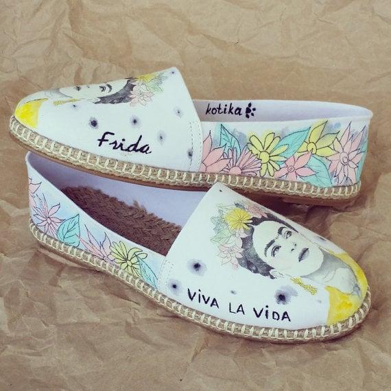 Zapatos flats pintados con la cara y frases de Frida Kalho