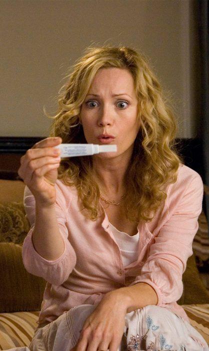 Chica sosteniendo una prueba de embarazo en sus manos