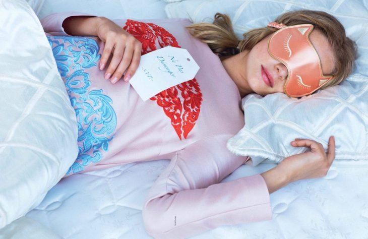 Chica dormida con un antifaz puesto sobre los ojos