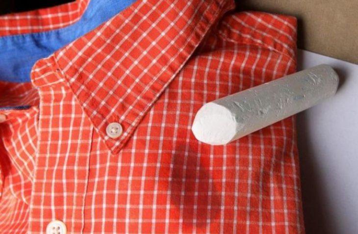 Cómo eliminar una mancha de grasa con un trozo de tiza