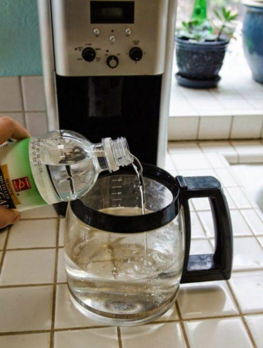 Cómo limpiar la cafetera con vinagre