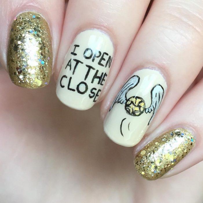 Uñas de harry potter pintadas con la snitch dorada
