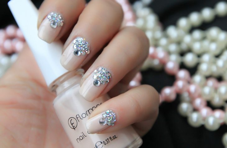 Uñas de novia en color piel con brillos en color plata y tornasol
