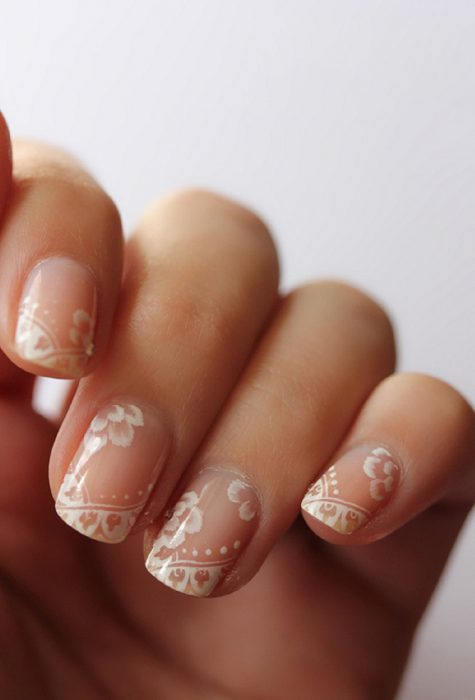Uñas de novia con estampados en color blanco