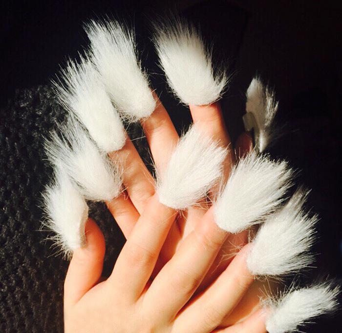Estilo de uñas peludas en color blanco