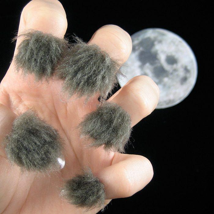 Estilo de uñas peludas en color gris