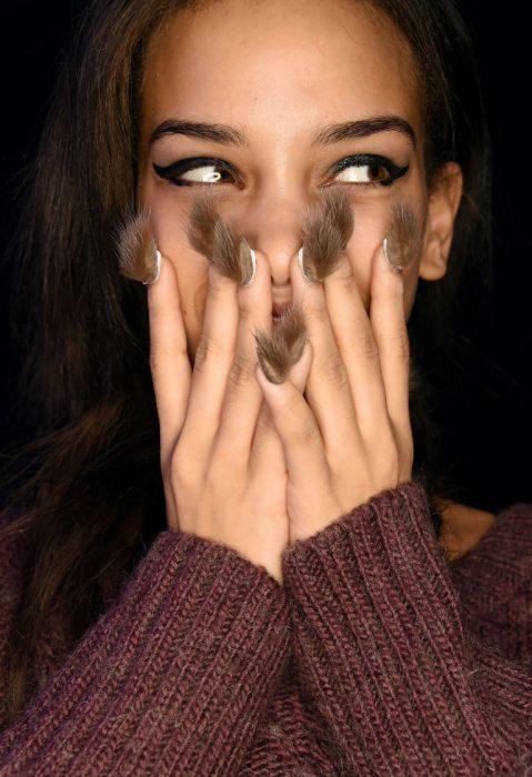 Modelo con un estilo de uñas en color café