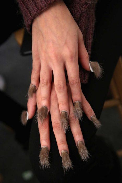 Estilo de uñas peludas en color café