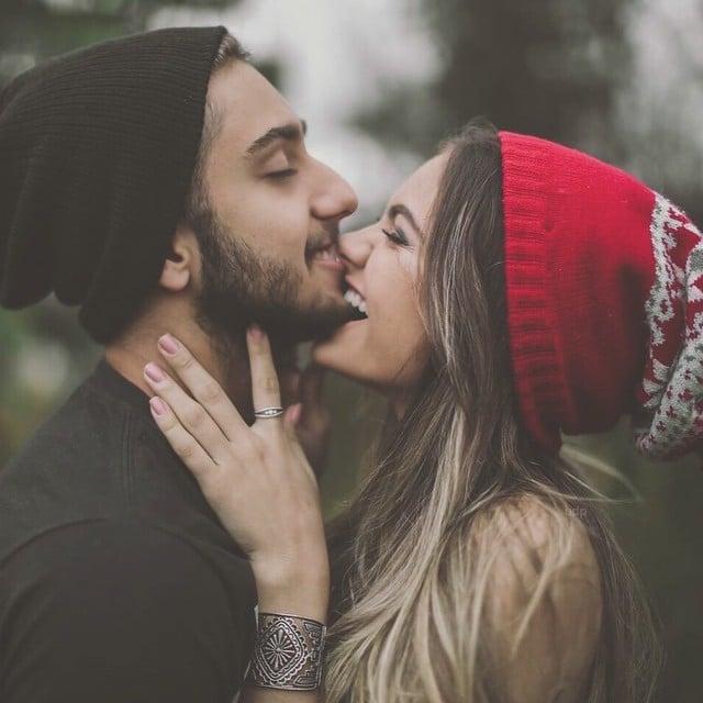 Chica mordiendo la barba de su novio