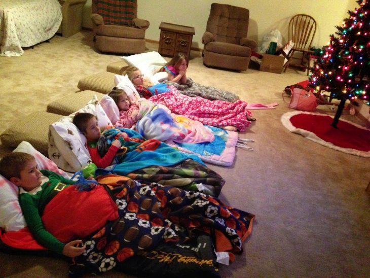 Niños durmiendo en el suelo durante una pijamada