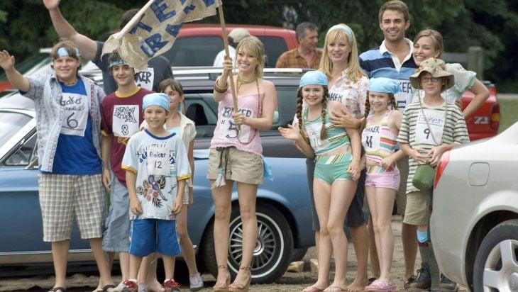 Escena de la película más barato por docena. Familia compitiendo en el campo