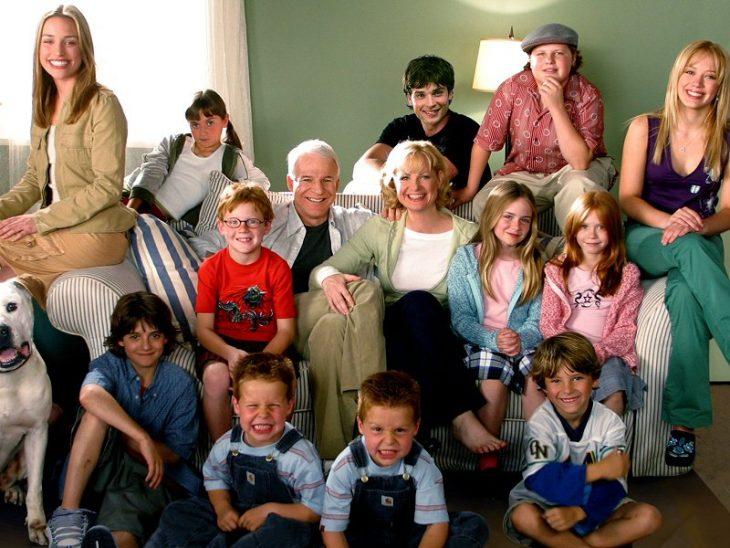 Escena de la película más barato por docena. Familia sentada en la sala de su hogar