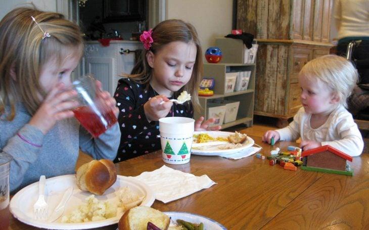 Niñas comiendo en una mesa pequeña
