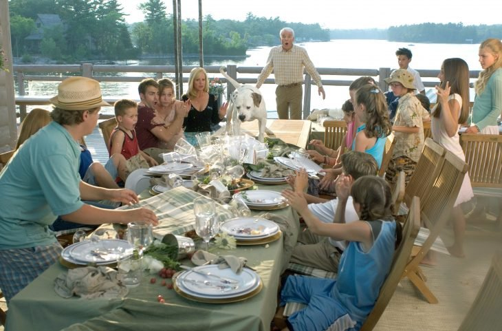 Escena de la película más barato por docena. Familia comiendo