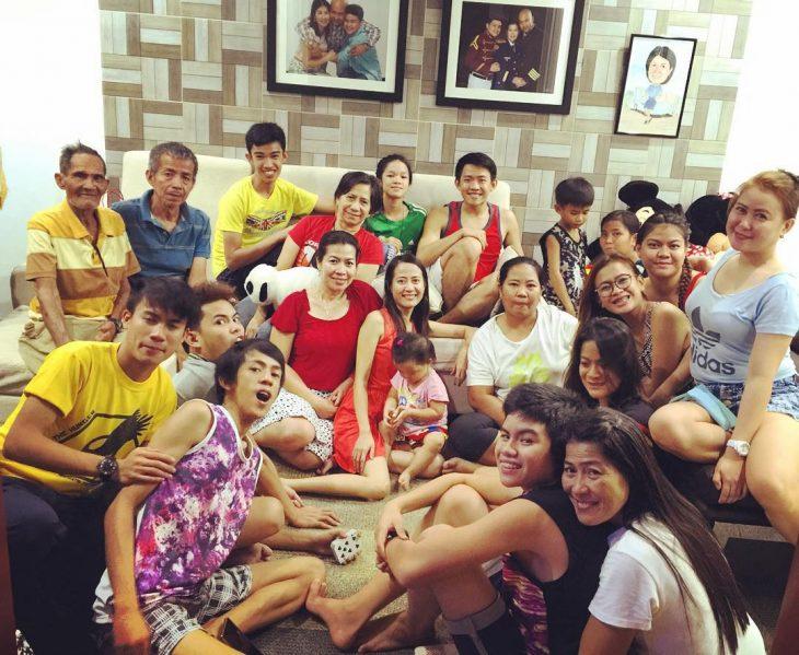 gran familia sentada en la sala de un hogar
