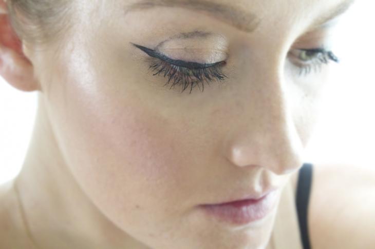 mujer delineado de ojos mal hecho maquillaje