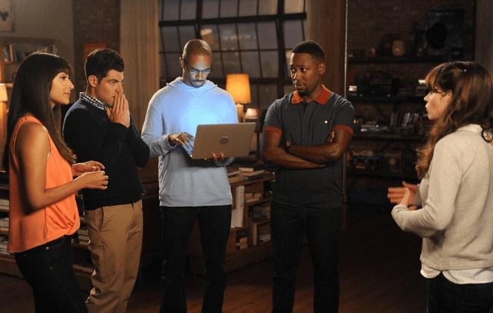 grupo de personas en la sala mirando a hombre con laptop