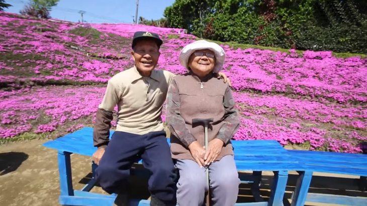 pareja de casados esposa ciega hombe plata flores