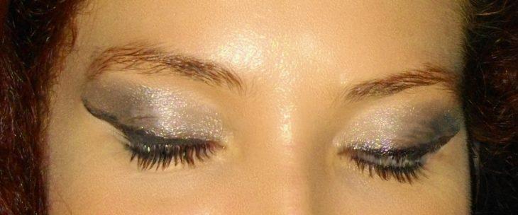 ojos maquillaje de sombra con brillos