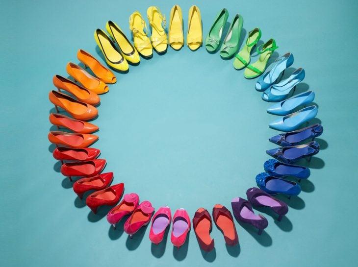 obsesiva del color zapatos de colores en circulo