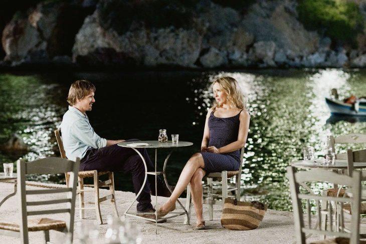 pareja en el lago teniendo una cita