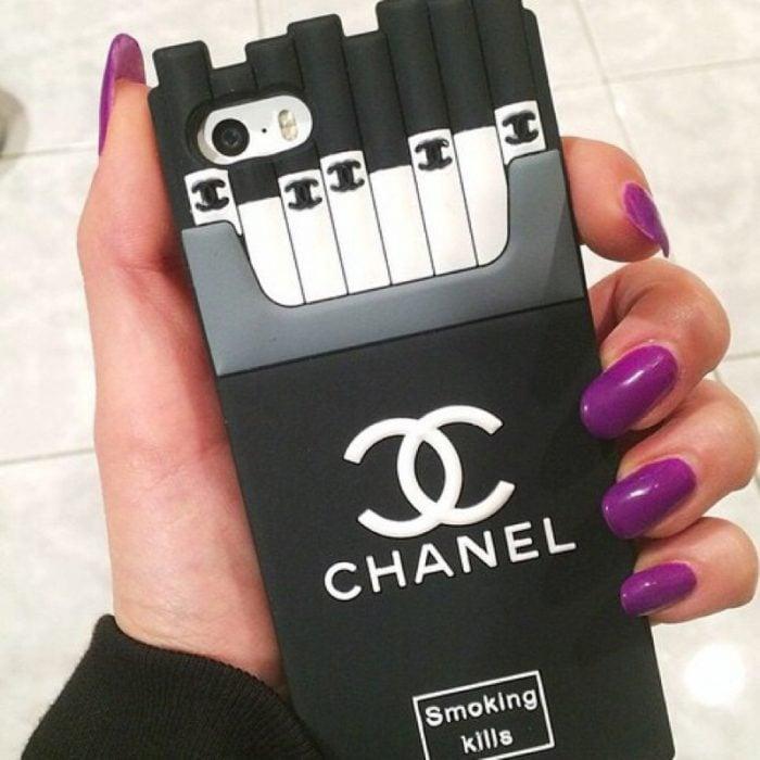 manicura de uñas color morado personalidad creativa