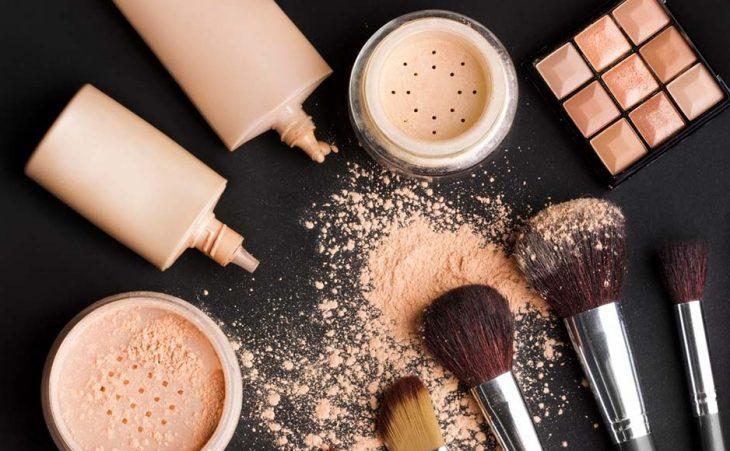 maquillaje en polvo compacto brochas y maquillaje liquido