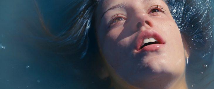 mujer en el agua con cara afuera respirando la vida de adele
