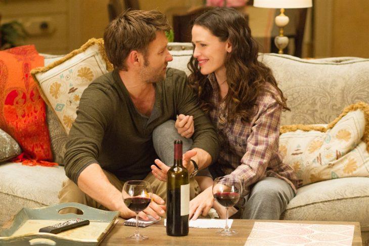 pareja en el sillon tomando vino amor