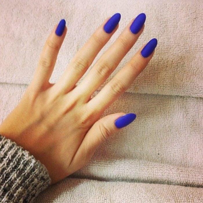 manicura azul electrico manos personalidad de confianza