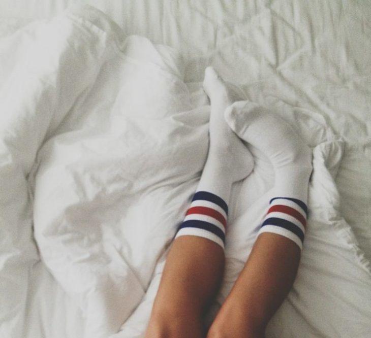 calcetines mujer piernas en la cama