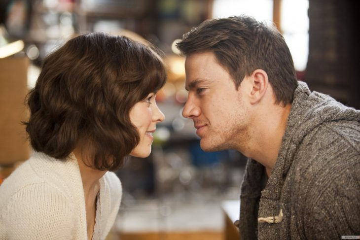 pareja enamorados sonrien se ven de frente