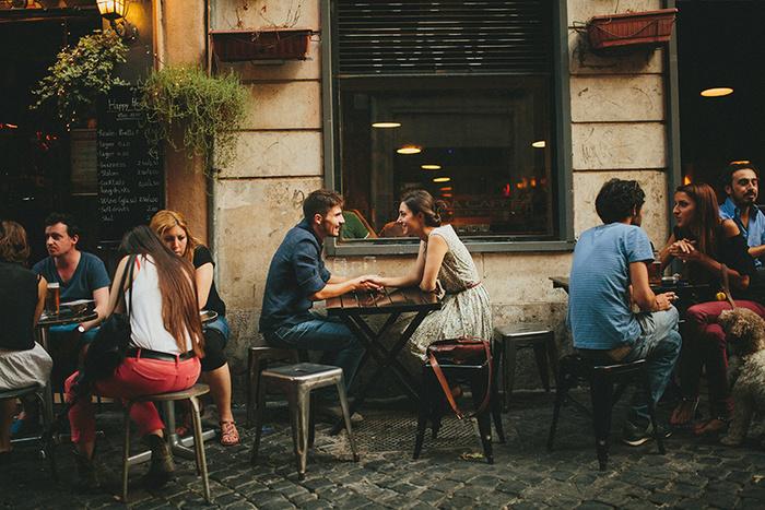 pareja platicando de frente en un cafe