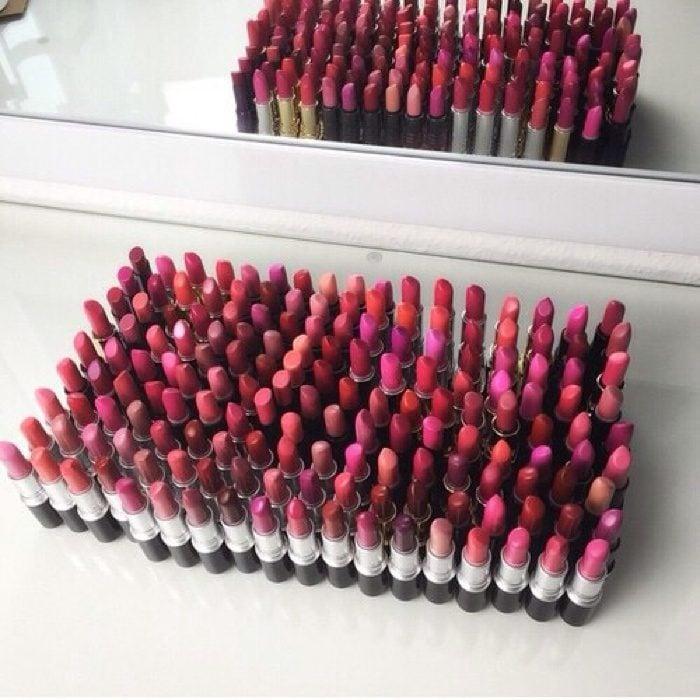 muchos labiales acomodados diferentes colores el sueño de una mujer