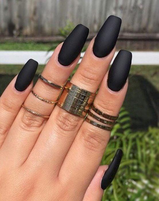 manicura de uñas color negro personalidad misteriosa