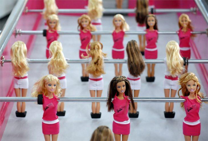muñecas barbie en un futbolito juego