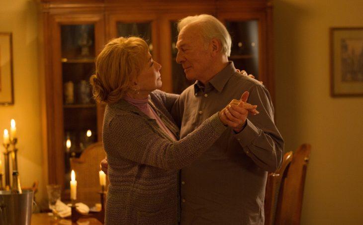 pareja de ancianos bailando en la sala