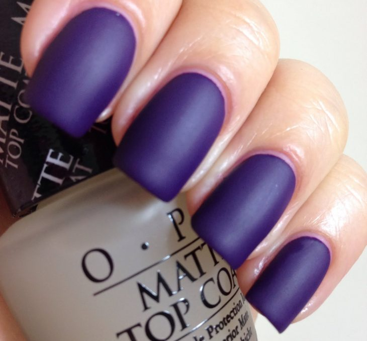 uñas color purpura en estilo matte