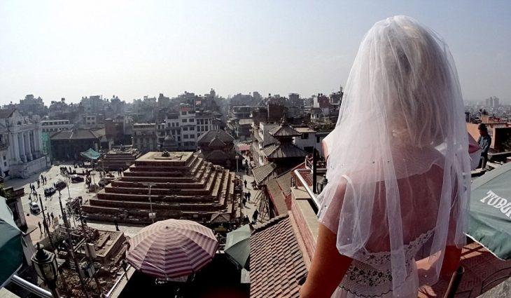 mujer con vestido de novia en nepal plaza