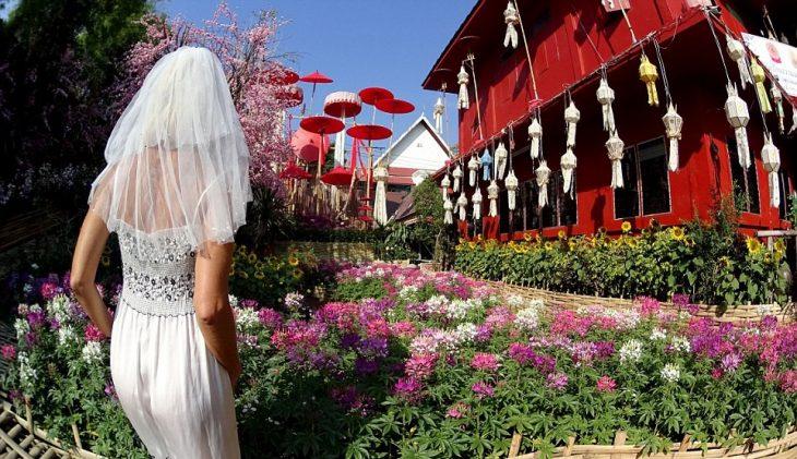 mujer viaja con vestido de novia foto frente chiang mai tailandia