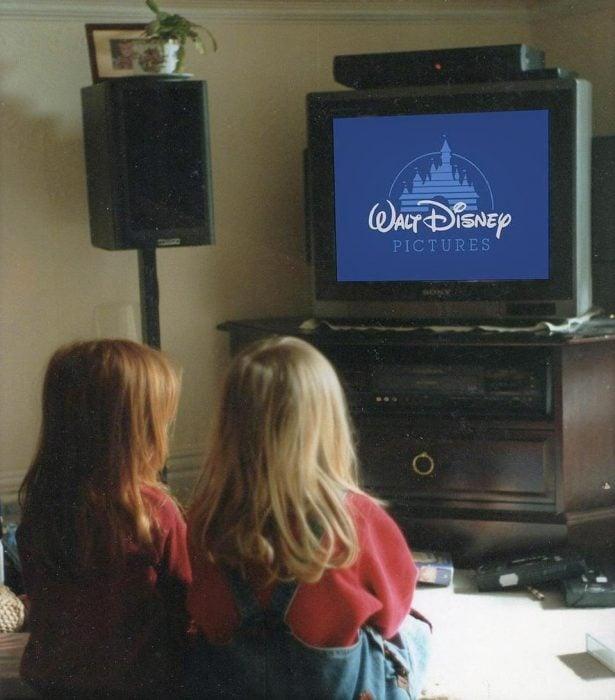 niñas viendo la television primas mirando una película disney