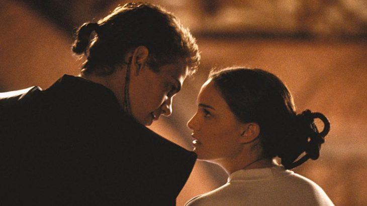 pareja de frente a punto de besarse
