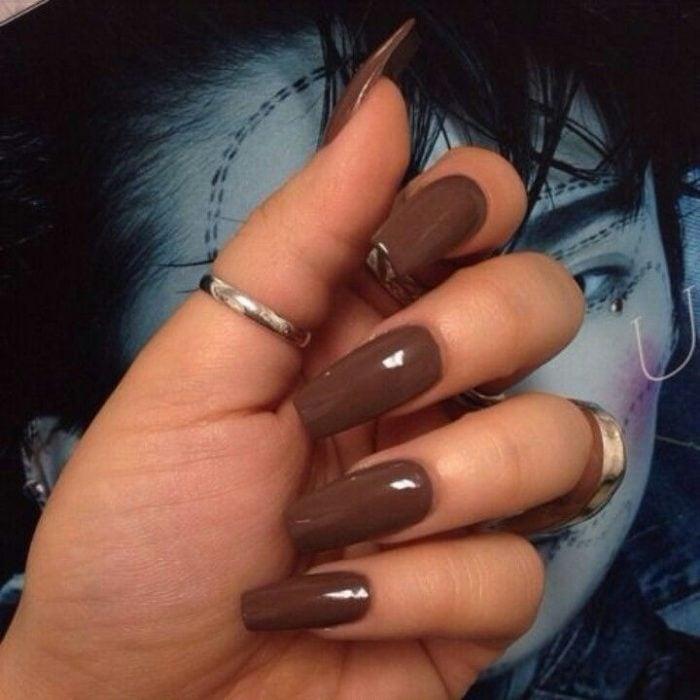 manicura de uñas color café personalidad terrenal