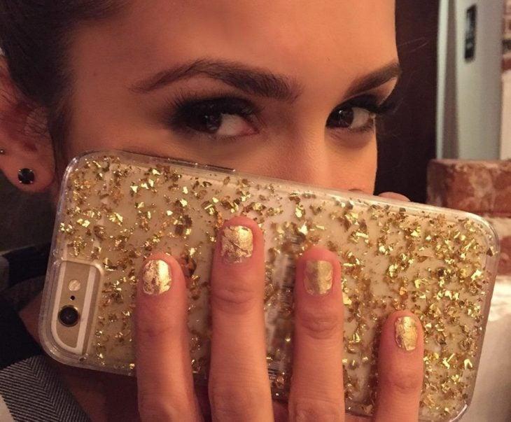 manicura de uñas color dorado personalidad de triunfo